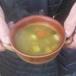 Tasse mit Gemüsesuppe
